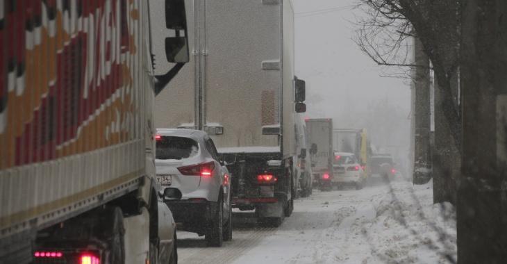 Это полный коллапс: накрывающий снегом Волгоград парализовали 10-бальные пробки (ВИДЕО)