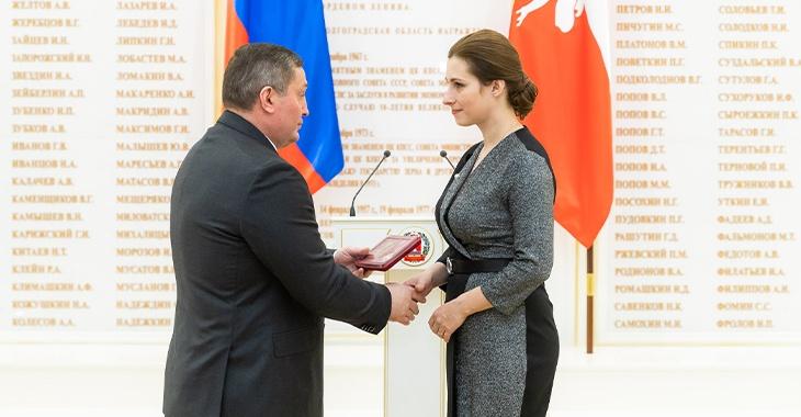 В Волгограде вдове убитого на посту полицейского вручили награду мужа